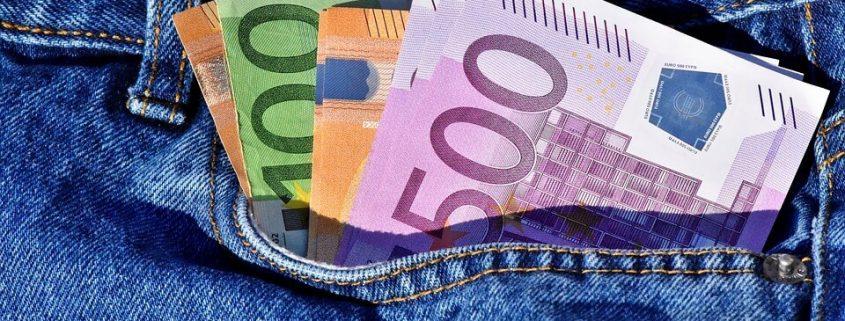 Imagen de un bolsillo con billetes de dinero