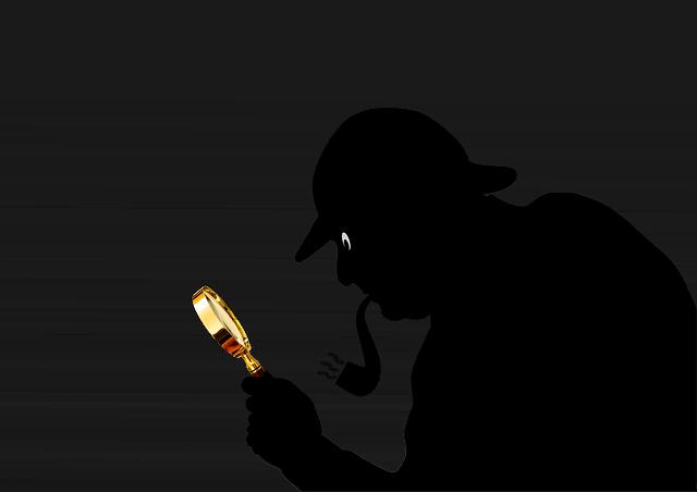 detective mirando una lupa