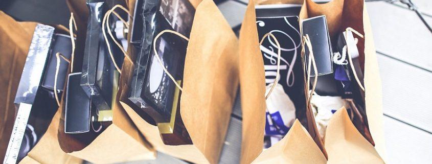 Bolsas de compra de mystery shopping con artículos en su interior